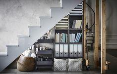 Przybory do domowego biura przechowywane pod schodami w koszu, na wózku i regale.