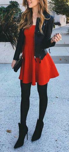 Vestido rojo corro medias negras chaqueta cuero negra                                                                                                                                                                                 Más