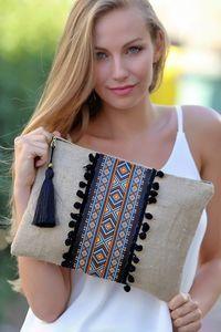 Discover thousands of images about Kadın Etnik Şeritli Siyah Ponponlu Clutch Diy Clutch, Clutch Bag, Pochette Diy, Yeezy Outfit, Ethnic Bag, Embroidery Bags, Boho Bags, Jute Bags, Patchwork Bags
