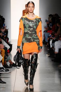 Jeremy Scott Spring 2018 Ready-to-Wear Undefined Photos - Vogue  (That bag!)