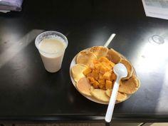 Platillo para desayuno hacia una persona con desnutrición.  Consiste en 3 hot cakes (4 equivalentes de cereales sin grasa) acompañado de una taza de mango picado (1 equivalente de frutas) y dos cucharaditas de lechera. Un licuado de 1 plátano (2 equivalentes de frutas) y 1 tza de leche semidescremada (1 equivalente de la misma)