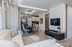 Visszafogott színvilágú felületek, csillogó króm lámpák jellemzik ezt az otthont. A modern geometrikus vonalvezetésű bútorok és lámpák, a fényes és matt felületek játékának összhatása megnyugtató, otthonos, de mégis elegáns hangulatot teremt. Tervező/Designer: Erdélyi Krisztina, www.erdelyikrisztina.hu #elegans#exkluziv#modern#home#design#interior#erdelyikrisztina#lakberendezo#belsoepitesz Mirror, Furniture, Modern, Home Decor, Elegant, Trendy Tree, Decoration Home, Room Decor, Mirrors