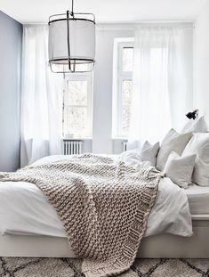 redecorating White Dreams! In diesem wunderschönen Schlafzimmer sind ruhige Träume vorprogrammiert. Ein angesagter Beni Ourain Teppich, eine kuschelige Chunky Knit Decke und die einzigartige Pendelleuchte Z5 geben dem Schlafzimmer das gewisse Etwas! // Schlafzimmer Leuchte Bett Ideen Teppich Decke Bettwäsche Weiss EInrichten #SchlafzimmerIdeen #Leuchte