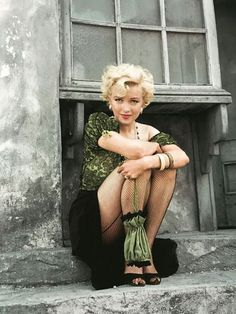 Offbeat photo of blonde bombshell Marilyn Munroe. Monroe was an American act… Offbeat photo of blonde bombshell Marilyn Munroe. Monroe was an American actress, model, and singer. Famous for her ditzy blonde. Hollywood Glamour, Hollywood Actresses, Old Hollywood, Hollywood Fashion, Arte Marilyn Monroe, Marylin Monroe Style, Marilyn Monroe Portrait, Old Is Cool, Blond