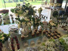 Evento decorado en tonos verdes con orquídeas, follajes, hortensia azul, rosas blancas con estilo orgánico. @babiloniaflores Mesa dulce decorada y diseñada personalizada