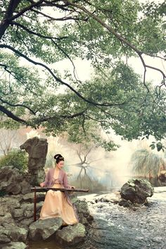 Posing as a lady of Song dynasty (960–1279) 宋仕女