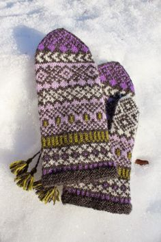 Pattern generously gifted to Solveigs Vantar Solveig's Mittens group by Solveig Larsson herself In January Knitted Mittens Pattern, Fair Isle Knitting Patterns, Knit Mittens, Knitting Charts, Knitted Gloves, Lace Knitting, Knitting Stitches, Wrist Warmers, Hand Warmers