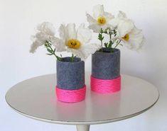 DIY tutorial using recycled plastic bottles to create neon felt vases. Felt Crafts Diy, Decor Crafts, Vase Transparent, Do It Yourself Decoration, Diys, Vase Design, Diy Design, Felt Fox, Paper Vase