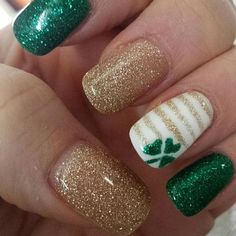 Glittery Green Shamrock and more St. Patrick's Day Nail Art Ideas patricks day nails Glittery Green Shamrock and more St. Fancy Nails, Trendy Nails, Diy Nails, Cute Nails, Sparkle Nails, Gold Sparkle, Gold Glitter, Spring Nail Art, Spring Nails