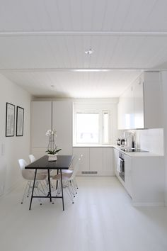 Homevialaura modern white kitchen after renovation hth Kitchen Flooring, Kitchen Furniture, Kitchen Interior, Home Interior Design, Kitchen Dining, Quick Step Flooring, White Kitchen Island, Small Apartment Decorating, Scandinavian Home