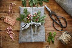 (via Encore la vie de maison enveloppé cadeau de Noël par Trinette Reed - Stocksy Unies - libres de droits Photos)