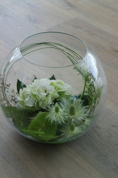 Glazen bol met hortensia en anthurium