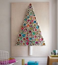 У нас за окошком дождь, еще на деревьях листочки, но уже частенько посещают мысли о приближающемся новогоднем празднике. Поэтому иногда пересматриваю сажусь разные новогодние фотографии, убранства интерьера, новогодние блюда, подарки и, конечно же, новогодние елки. Конечно же, у меня в доме всегда живая сосна. Но на просторах интернета каких только необычных вариантов не увидишь! …