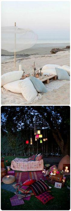 Tapetes e almofadas: Lounges no chão são perfeito para compor aquele ambiente bem informal e descontraído. Na grama ou na areia, essas lounges com estilo mais hippie chic e boho são um irrecusável convite aos seus convidados a tirar os sapatos, se acomodar e relaxar. Você tem a opção de manter uma cartela de cores leve para uma decor mais romântica ou abusar do color blocking para uma decoração temática puxando para o indiano ou marroquino.