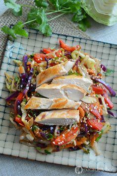 Una variación de ensalada de col al ser tibia o guisada para los días de frío que prefieres comer algo calientito. Ideal para comer sola o con pollo, salmón o pescado.
