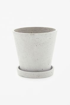 A minimalist design, this flowerpot with saucer is made from the modern mix of…