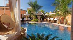 Cada villa dispone de una amplia terraza con piscina climatizada en las que es posible disfrutar de la máxima privacidad. Las terrazas y jardines tienen piedras decorativas, cesped artificial y otros objetos de decoración.