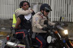 Policia bolivariana llevándose a un manifestante de la resistencia. #SOSVenezuela