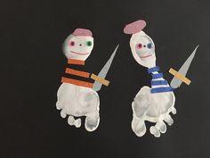 Réaliser de petits pirates à partir d'empreintes de pieds, de scotch et de petits yeux. Création artistique avec la peinture sur le thème de la piraterie.