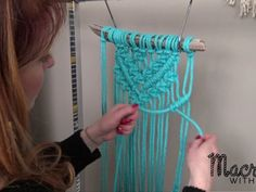 Knitting Patterns Dress DIY Macrame Tutorial: Beginner Wall Hanging Diamond with Crafty Ginger Diy 2019, Macrame Wall Hanging Diy, Macrame Curtain, Macrame Owl, How To Macrame, Micro Macramé, Macrame Projects, Diy Projects, Macrame Patterns