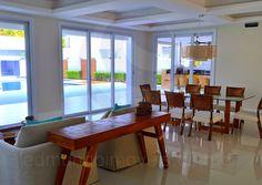 O salão principal conta ainda com outros três ambientes: a sala de jantar, o living room e o home-theater.