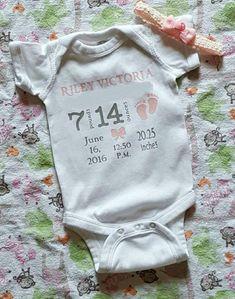 New baby birth announcement keepsake - Babypflege Baby Girl Onsies, Baby Shirts, Baby Onesie, Birth Announcement Boy, Birth Announcements, Cute Baby Clothes, Future Baby, Baby Items, Baby Shower Gifts