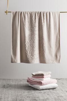 Seija Ranttilan kuosi jatkaa tarinaansa pyyhkeissä - pue kylpyhuone kevääseen klassisen beigen, raikkaan valkoisen tai utuisen roosan sävyissä. Towel, Bath, Beige, Rugs, Home Decor, Farmhouse Rugs, Bathing, Decoration Home, Room Decor