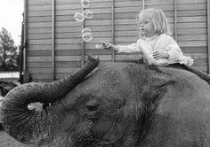 The girl and the Elephant (90100) | Black and White | PostcardWorld.eu