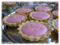 Isun bebe-leivokset by Kinuskikissa. Bakewell Tart, Baking Recipes, Cake Recipes, Finnish Recipes, Baking And Pastry, Something Sweet, Yummy Cakes, Food To Make, Fudge