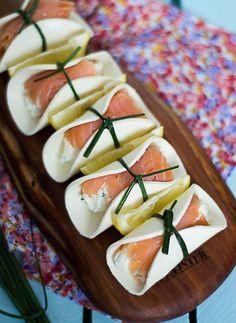 Roladki z wędzonego łososia z serem