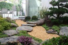 japanischer garten innenhof steinplatten natursteine kieselsteine nadelbäume