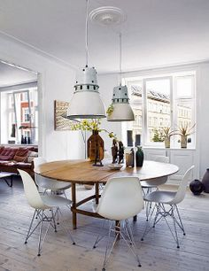 white eames chairs and round dining table White Eames Chair, Eames Chairs, White Chairs, Elle Decor, Round Dining, Dining Table, Dining Rooms, Wood Table, Dining Decor