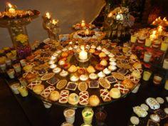 Si decides no colocar Torta de Bodas, una gran mesa de dulces decorada es tu opción #TipsCasaCampo