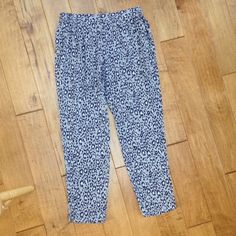 """Joie silk pants This is a pair of Joie Silk pants in gently worn condition. The size is medium. There are two front pockets and the waste is elastic. Inseam is 29"""". Joie Pants"""
