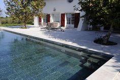 Vue de la terrasse ou vue de la plage, la piscine est véritablement l'élément de décoration incontournable ! Le débordement procure une très belle perspective vers l'horizon, source de détente et bien-être. Réalisation Carré Bleu Piscines Pyrénées Atlantiques à Bidart.