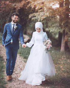 Real wives show you real path ❤️ Wedding Photography Contract, Muslim Couple Photography, Wedding Couple Poses Photography, Life Photography, Hijabi Wedding, Muslimah Wedding Dress, Muslim Wedding Dresses, Couple Hijab, Cute Muslim Couples