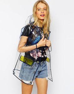 Los chubasqueros transparentes son tendencia esta primavera 2105. Apuesta por un impermeable transparente con ribetes de colores para poder lucir...
