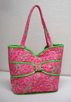 Put a Bow On It Quilted Bag Pattern This large bag is easy to make and is perfect for carrying everything you need throughout the day. Quilted Purse Patterns, Patchwork Bags, Patchwork Patterns, Bag Patterns, Quilt Patterns, Pre Quilted Fabric, Quilted Bag, Fabric Purses, Fabric Bags