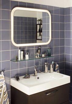 Deze STORJORM spiegel met ingebouwde led-bron zorgt voor een perfecte verlichting in de badkamer. Bovendien verbruikt hij tot 85% minder energie dan een gewone gloeilamp en gaat twintig keer langer mee.