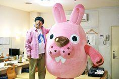パズルゲーム「LINE ポコポコ」の新テレビCM「ポコタなの?」編で、ゲーム内のキャラクター・ポコタ(右)に変身するバナナマン日村(左)。