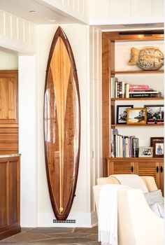 A beautiful wooden surfboard as living room wall art! Surfboard Decor, Wooden Surfboard, Surf Decor, Surfboard Storage, Surfboard Rack, Beach Cottage Style, Beach House Decor, Coastal Style, Coastal Living Rooms