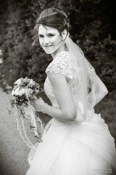 Die Braut ist im Mittelpunkt jeder Hochzeit. Bei den Fotos von atelier reising (Stephan Resing) könnt ihr euch auch versichern, dass er den perfekten Moment festhalten kann.