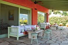 A todo color! Cafe Exterior, Grey Exterior, Exterior Design, Bungalow Exterior, Outdoor Spaces, Outdoor Living, Outdoor Decor, Exterior Remodel, Mediterranean Homes