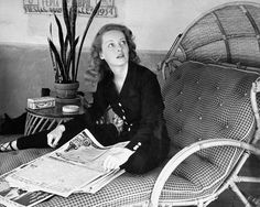 Never-before-seen photographs of legendary screen icon Bette Davis on what would be her birthday. Photo by Alfred Eisenstaedt. Old Hollywood Stars, Hollywood Icons, Old Hollywood Glamour, Vintage Hollywood, Classic Hollywood, Hollywood Homes, Twiggy, Divas, People Reading
