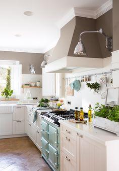 Cocina con muebles en blanco y pared en gris_ 00455007