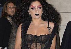 23-Oct-2014 9:40 - LADY GAGA DENKT DAT HET NU AL HALLOWEEN IS. Het kan de beste overkomen. Iedereen vergist zich wel eens in de dagen, maar Lady Gaga blundert wel heel erg door te denken dat het nu al Halloween is. De zangeres spotten wij gisteren in Londen waar ze haar hotel verliet in een dramatische jurk van zwart kant. Hoewel de jurk erg leek op de jurk die Kim Kardashian droeg tijdens Paris Fashion Week, zijn wij toch een stukje minder gecharmeerd van Gaga's exemplaar. Lady Gaga gaf...