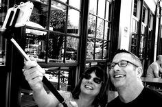 Das perfekte Selfie - mit kleinen Hilfsmitteln!  Spiegel helfen beim Finden der idealen Selfie-Pose! Selfie-Sticks für die optimale Distanz verwenden. Bluetooth-Fernauslöser für Selfie-Süchtige:)! Foto-Apps helfen bei der Bearbeitung und Verbesserung kleiner Qualitätsmakel.  Foto: CC BY 2.0, Selfie Stick von Photographing Travis