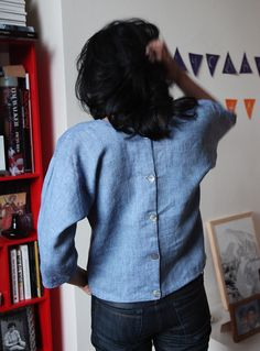 Free pattern/tutorial for a back-buttoned, jewel neck top made in yard-dyed linen from Fabrics-store.com. Awesomeness.