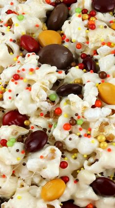 Fall Harvest Popcorn - this sweet and salty dessert is delicious, easy to make and the Harvest Blend M&M's look so beautiful in the bowl. Popcorn Snacks, Popcorn Recipes, Healthy Popcorn, Popcorn Balls, Candy Popcorn, Fall Recipes, Holiday Recipes, Fall Snacks, Fall Treats