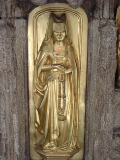Another female weeper from Richard Beauchamp's tomb, 15th c. Church of St. Mary, Warwick, England. Note paternoster.